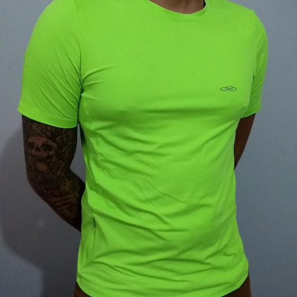 Camiseta masculina esportiva verde neon com bolso