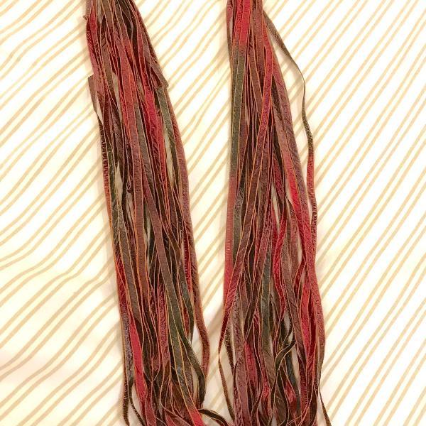 Colar de fitas marrom, degradé para tons de vermelho...40