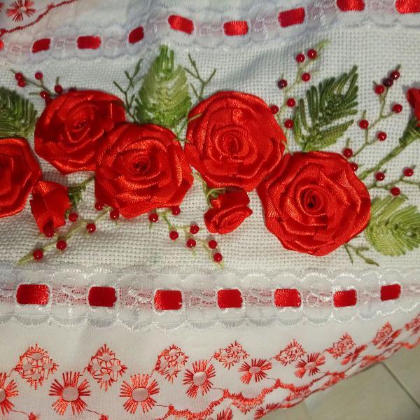Toalhas bordadas à mão finas com fitas e bordados rosas