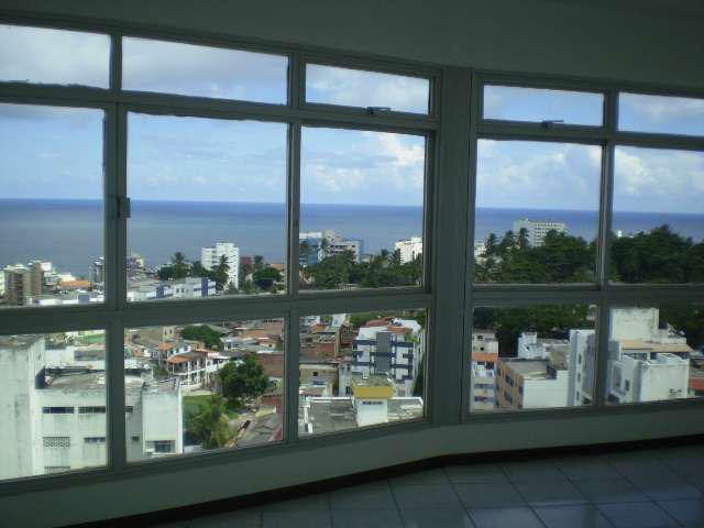 Apartamento três quartos à venda na barra com vista mar