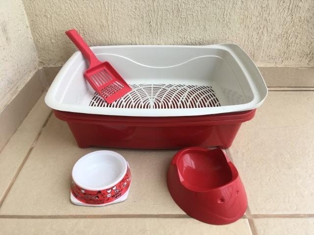 Caixa de areia + pá + cochos para água e ração