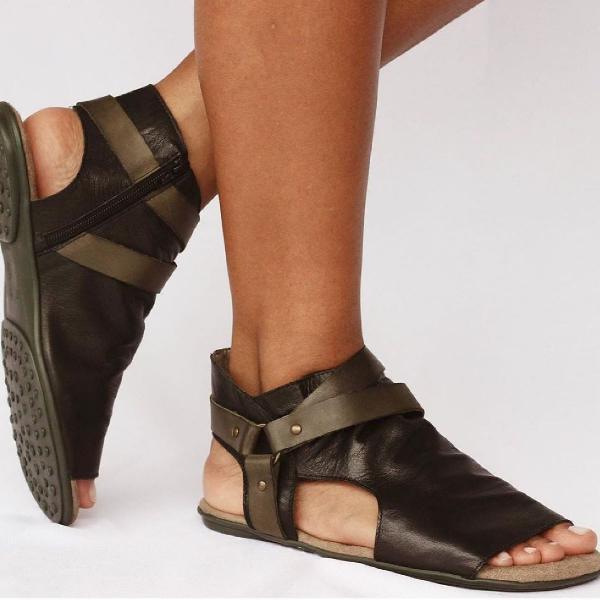 Linda sandália rasteira abotinada