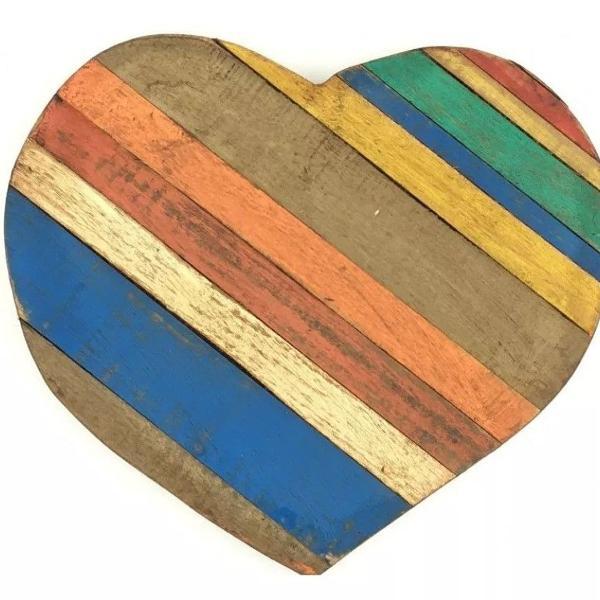 Corações decorativos em madeira de demolição