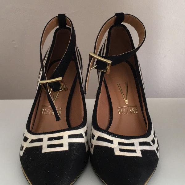 Sapato bico fino preto com detalhe branco vizzano