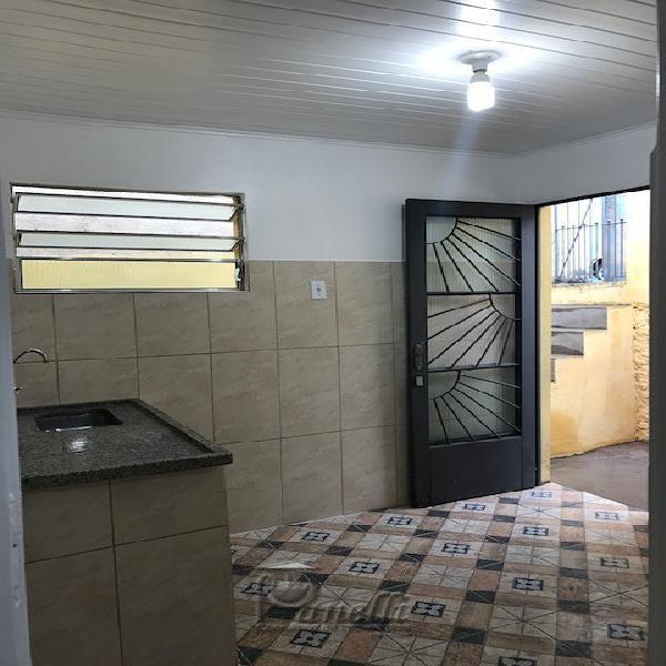 Casa com quarto e cozinha na casa verde alta