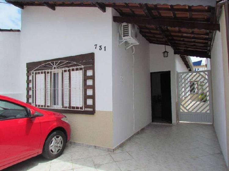 Casa 02 dormitórios com edícula e quintal, no canto do