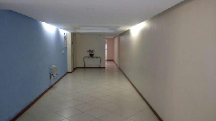 Três quartos, sendo uma suite em Vila Isabel. Prédio com