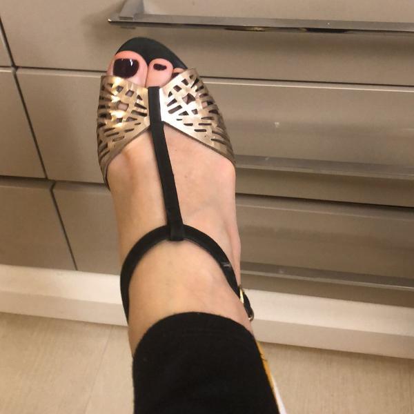 Sandália preta e melalizada