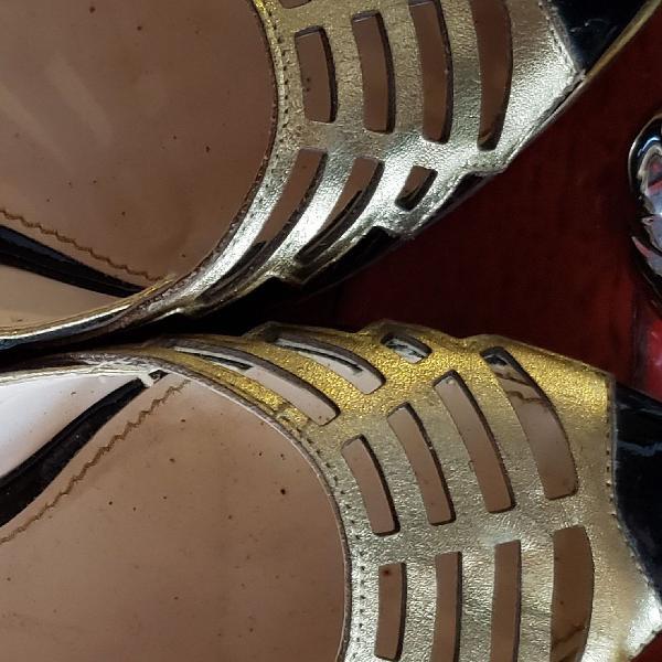 Moderninha sapatilha preta com dourado