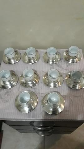 Vendo conjunto de xícara em porcelana e pires de inox