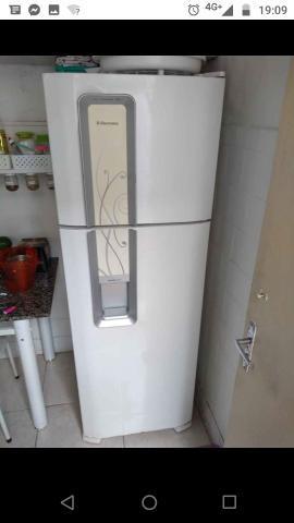 Vendo geladeira eletrolux, agua na porta