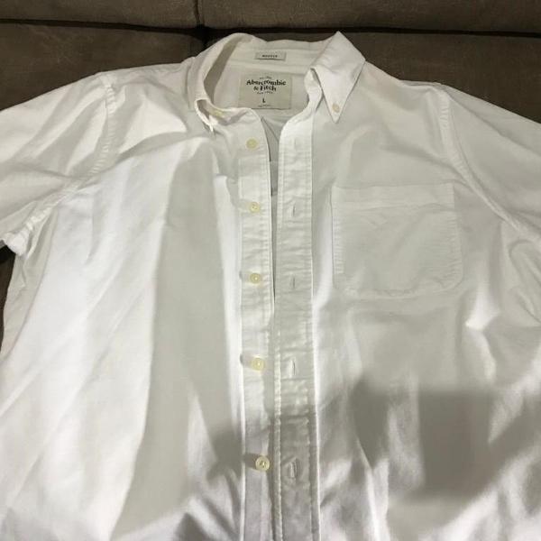 Camisa manga curta cor branca tonalidade bege abercrombie