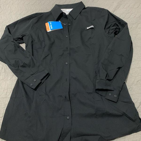 Camisa preta de botão impermeável com proteção solar e