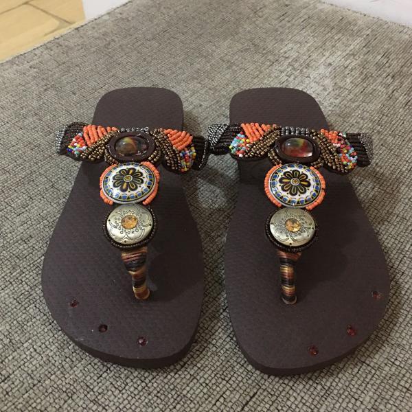 Chinelo havaianas bordado com miçangas e pedras