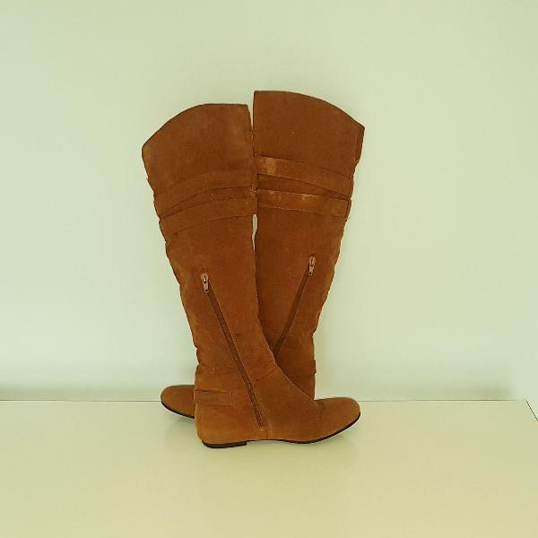 Par de botas camurça cano longo usada 1 vez ainda com