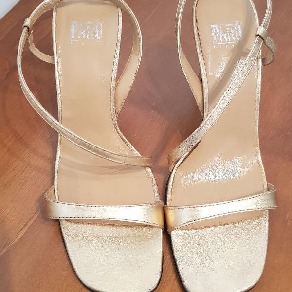 Sandália dourada salto alto