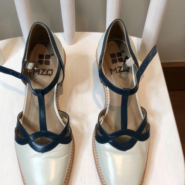 Sapato azul claro com detalhe em marinho