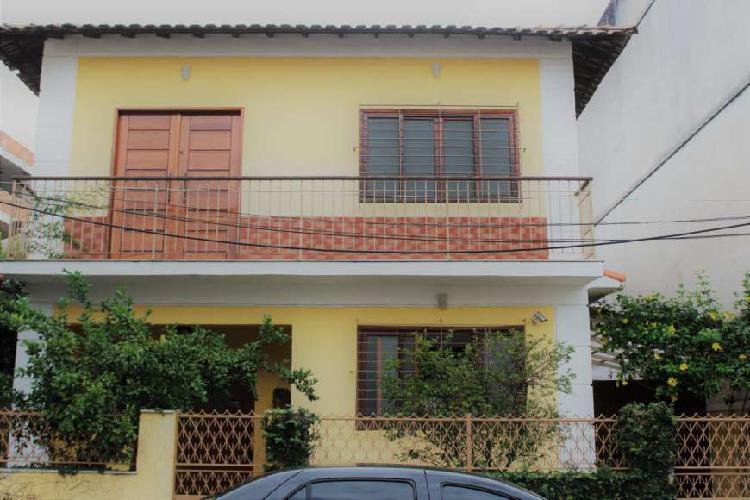 Casa de condomínio fechado com 260m². excelente