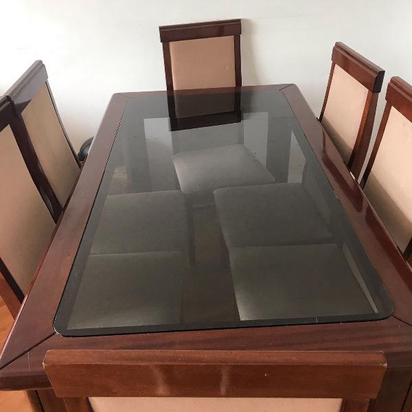 mesa de madeira com tampo de vidro com cadeira de madeira