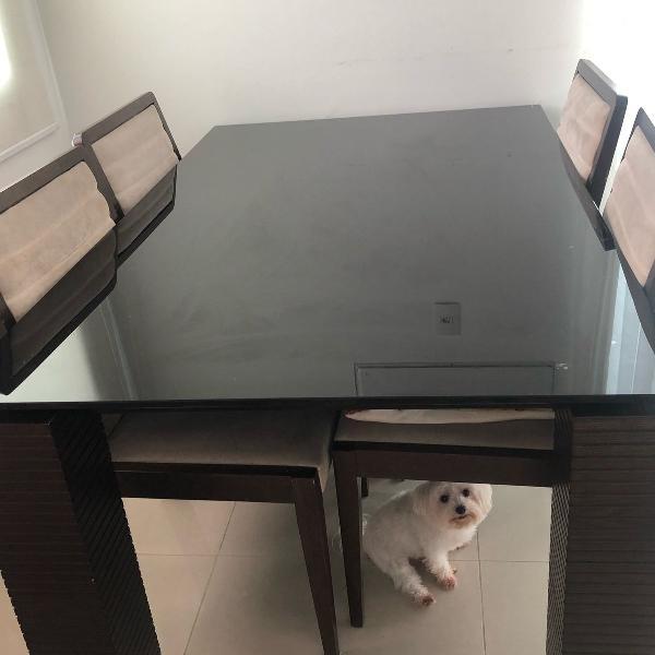 Mesa em tampo de vidro preto
