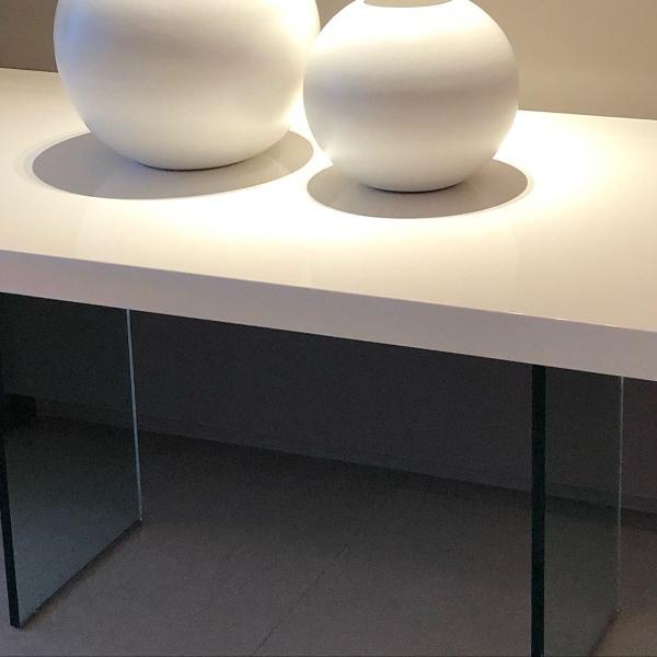 Mesa jantar com tampo em resina branca polida e base em