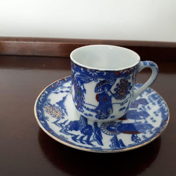 Xícara e píres em porcelana (azul; mulhewres japonesas)