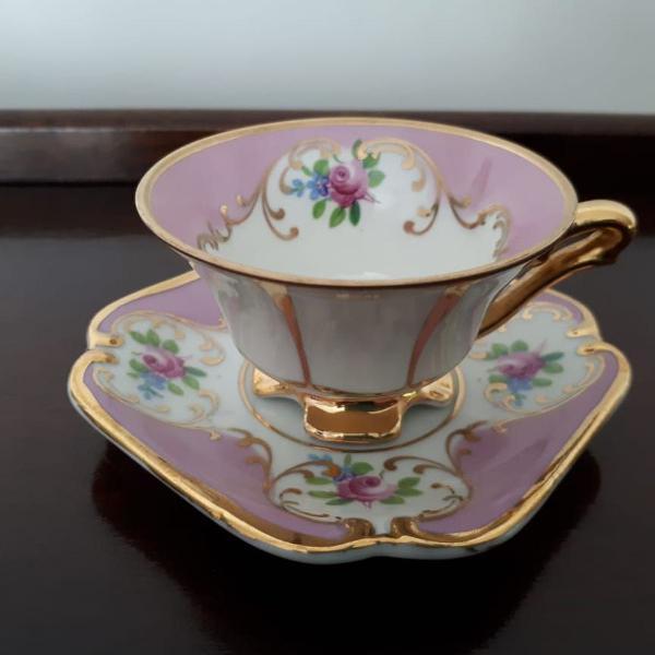 Xícara e píres em porcelana rosa
