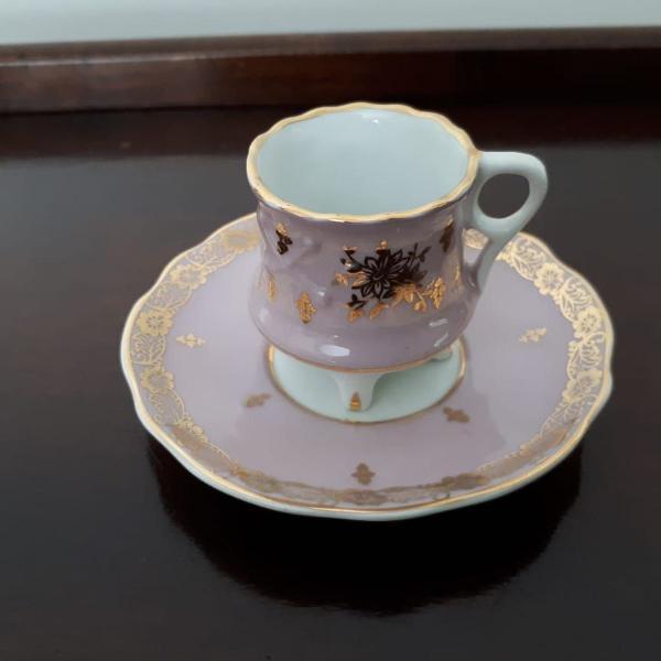 Xícara e píres rosa em porcelana importada