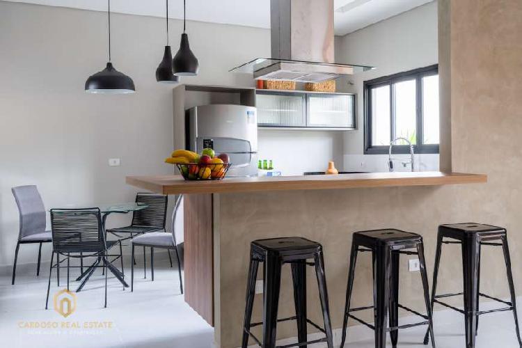 Linda casa compacta, charmosa com cozinha conceito aberto,