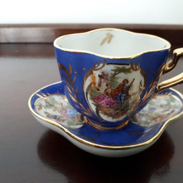 Xícara e píres azuis em porcelana importada