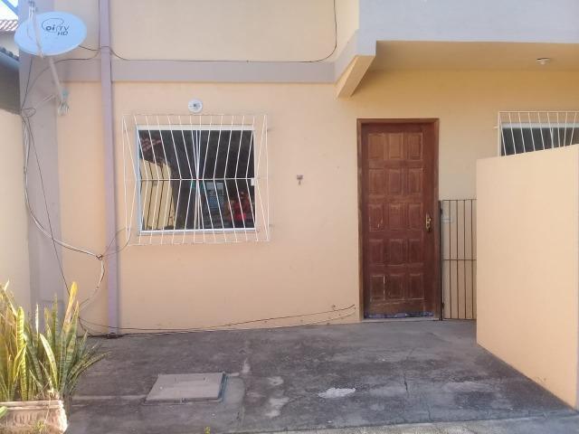 Casa linear c/ 02 qtos em condomínio, rio das ostras/rj