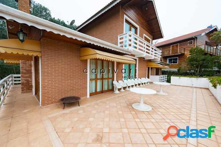 Casa em condomínio fechado com vista para as montanhas.