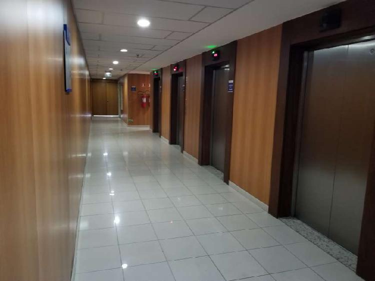 Sala com 726 m2 de área privativa e 25 vagas de garagem;