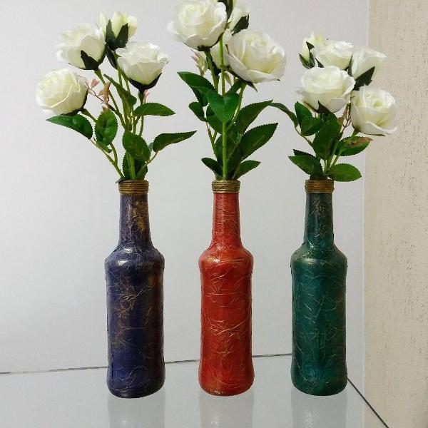 Conjunto de garrafas decorativas com detalhes dourado e