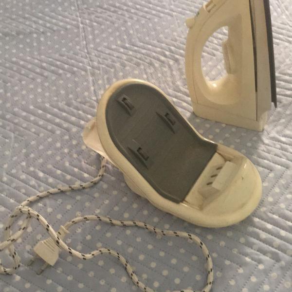 Ferro de passar roupa sem fio com base