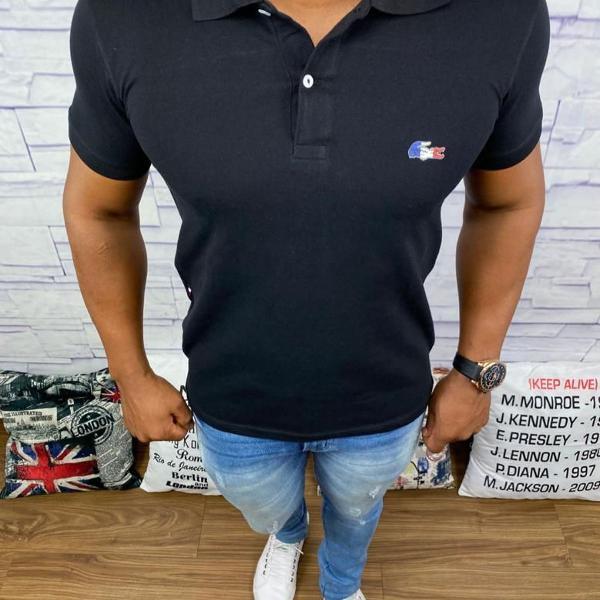 Camisa polo lacoste preta com logo colorido