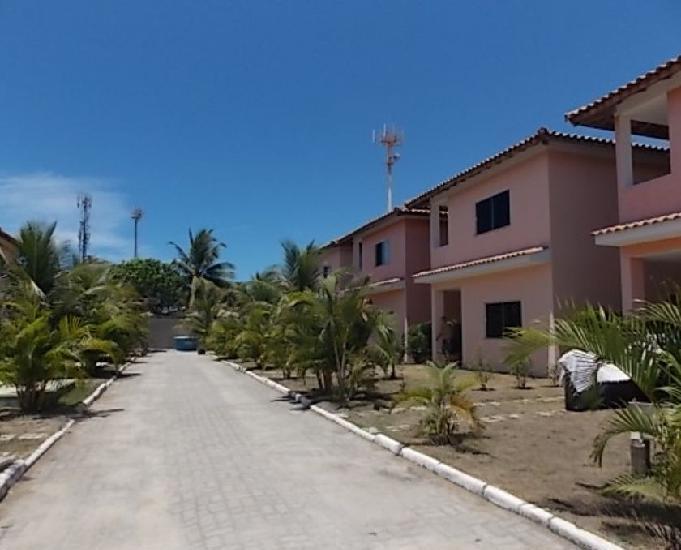 Casa de três dormitórios em residencial na orla