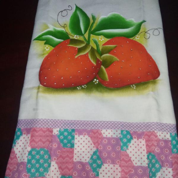 Pano de prato pintado a mão e barrado de patchwork.