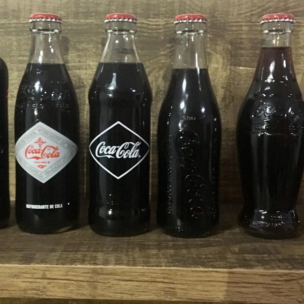 Coleção de garrafas antigas coca cola