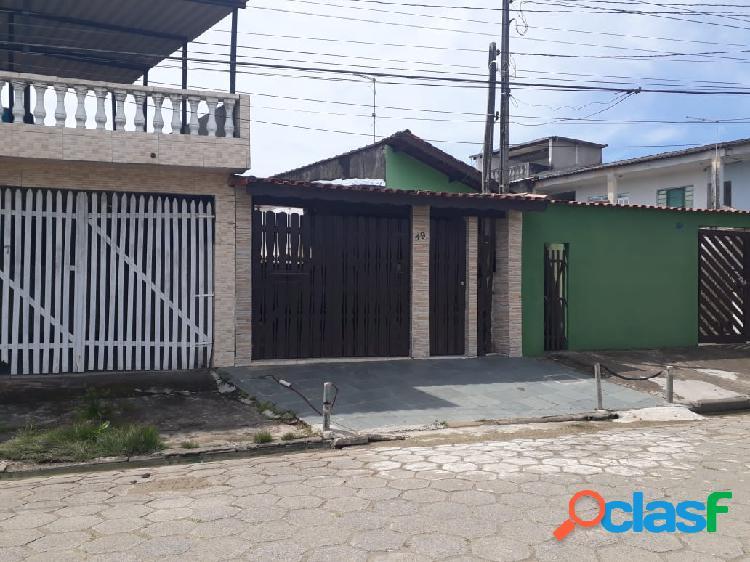 Casa geminada próximo aos comércios em rua calçada em itanhaém