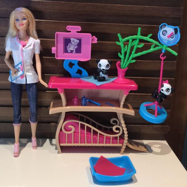 Boneca barbie tratadora de pandas