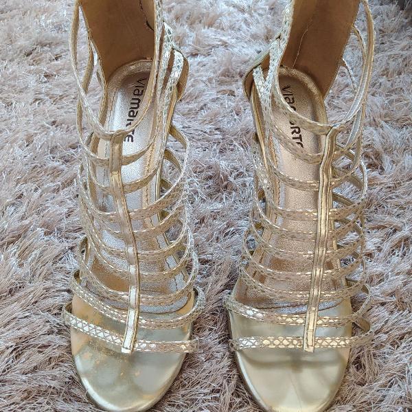 Sandália dourada para festa