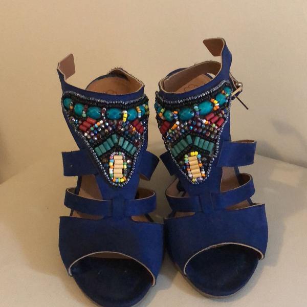 Sandália azul com salto e pedraria