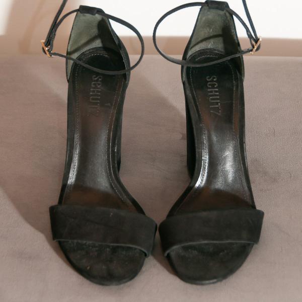 Sandália preta de camurça schutz usada uma vez