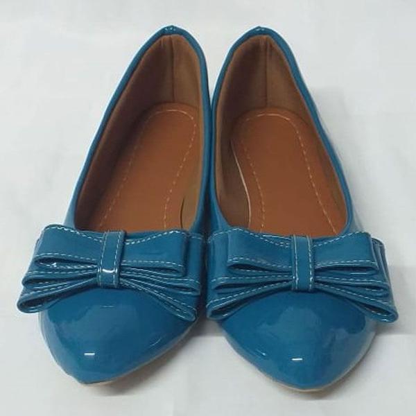 Sapatilha feminina verniz azul com laço bico fino.