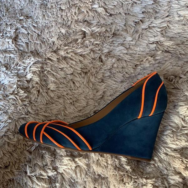 Sapato azul com detalhes laranja neon