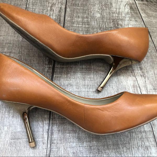 Sapato scarpin capodarte couro caramelo salto dourado 36