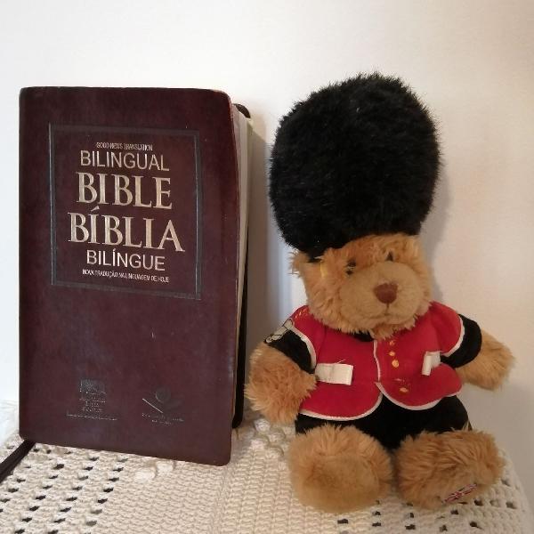Bíblia bilíngue inglês/português com bordas douradas e 2