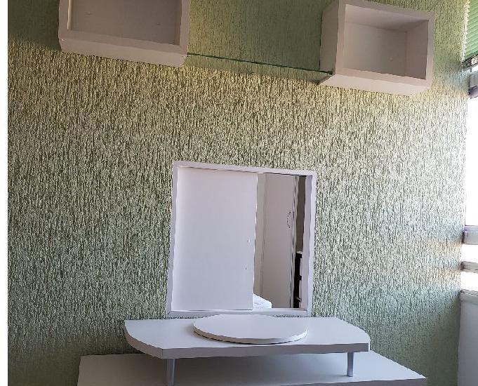 Alugo linda kit mobiliada, com garagem, condomínio fechado