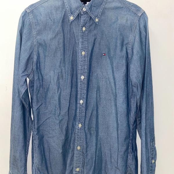 Camisa tommy azul puxado para jeans